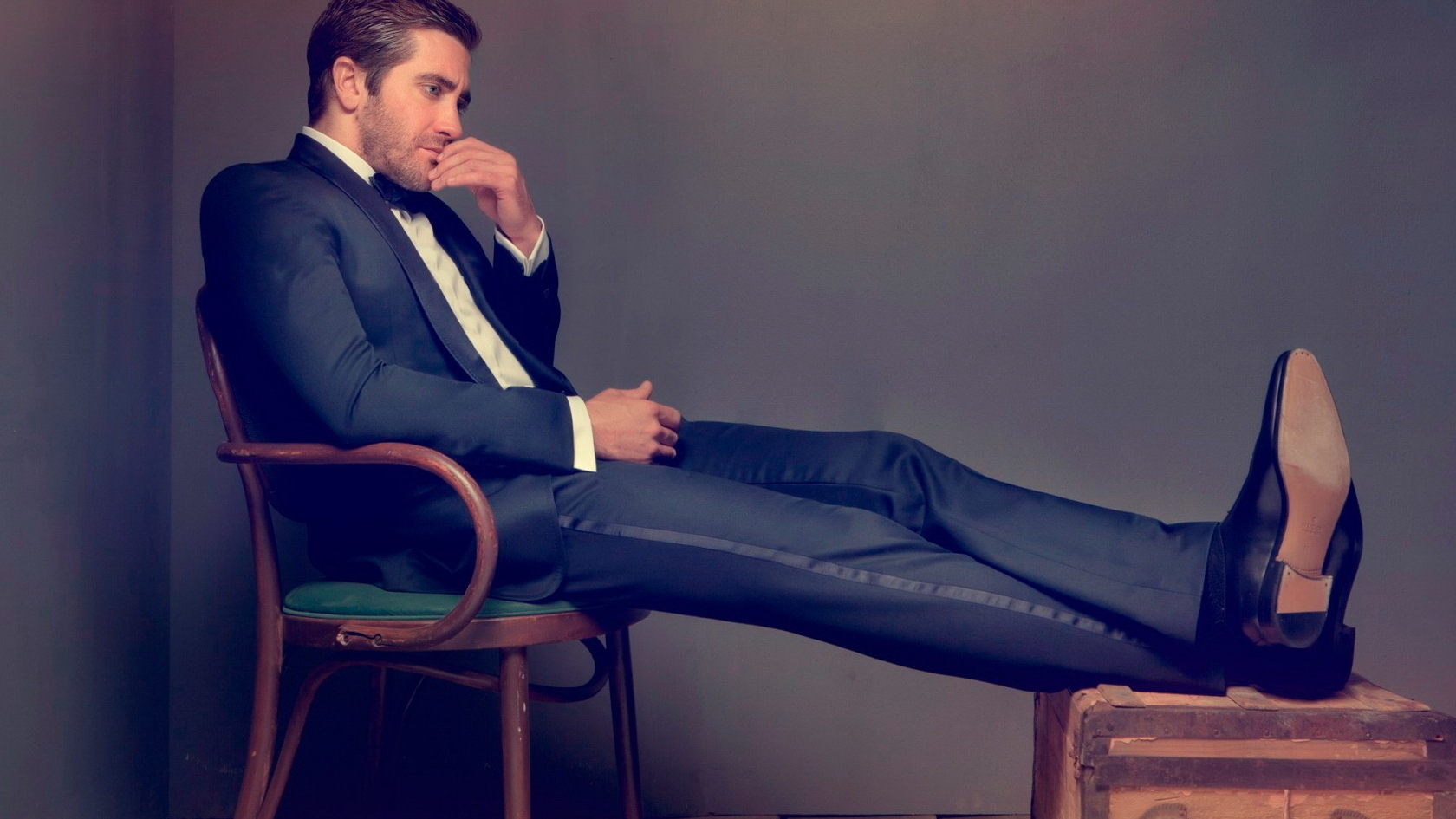 Strange Jake Gyllenhaal In A Blue Suit On A Chair Download Free Architecture Designs Scobabritishbridgeorg