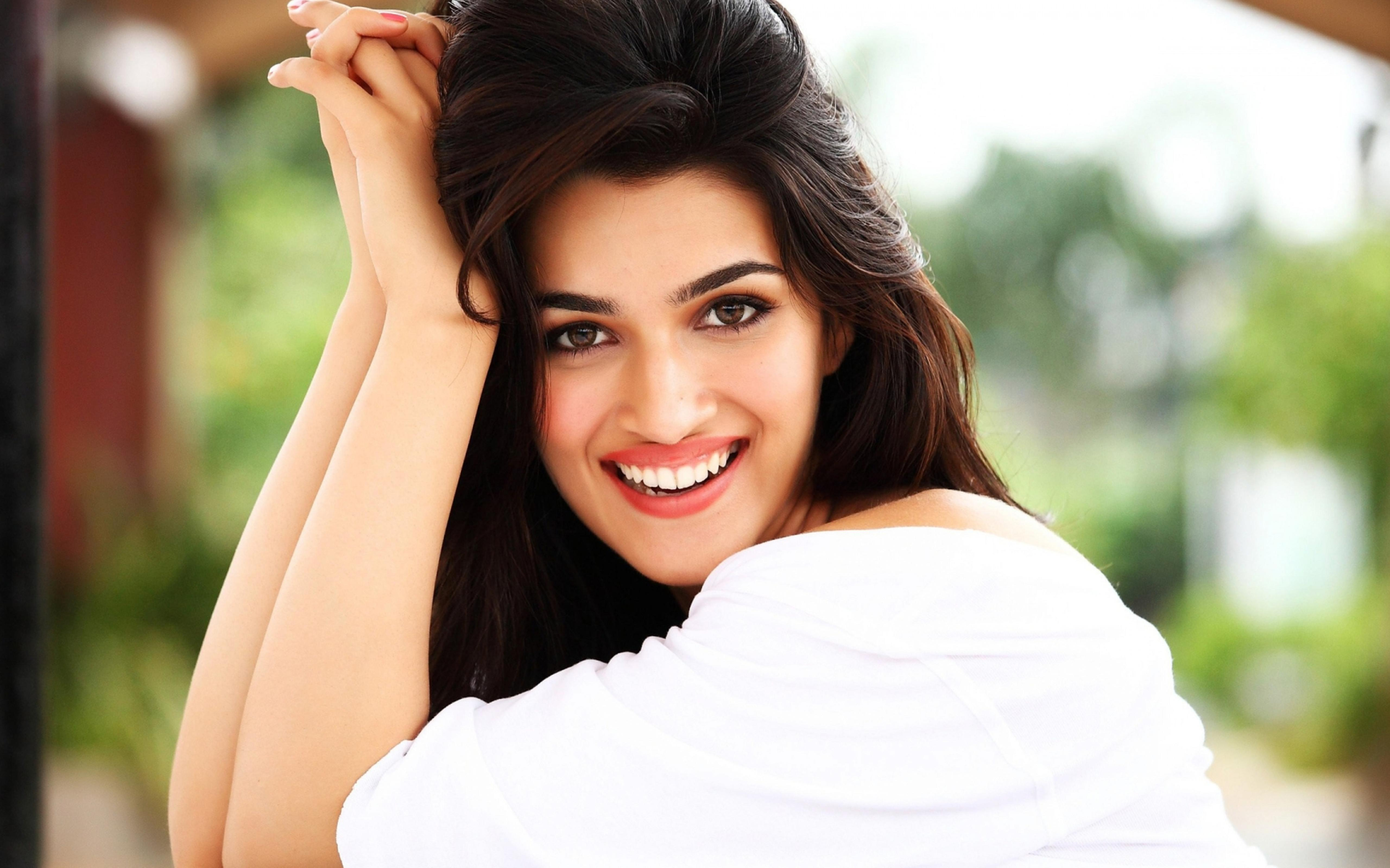 Kriti Sanon in white shirt and with a smile on her face 5120x3200 ...