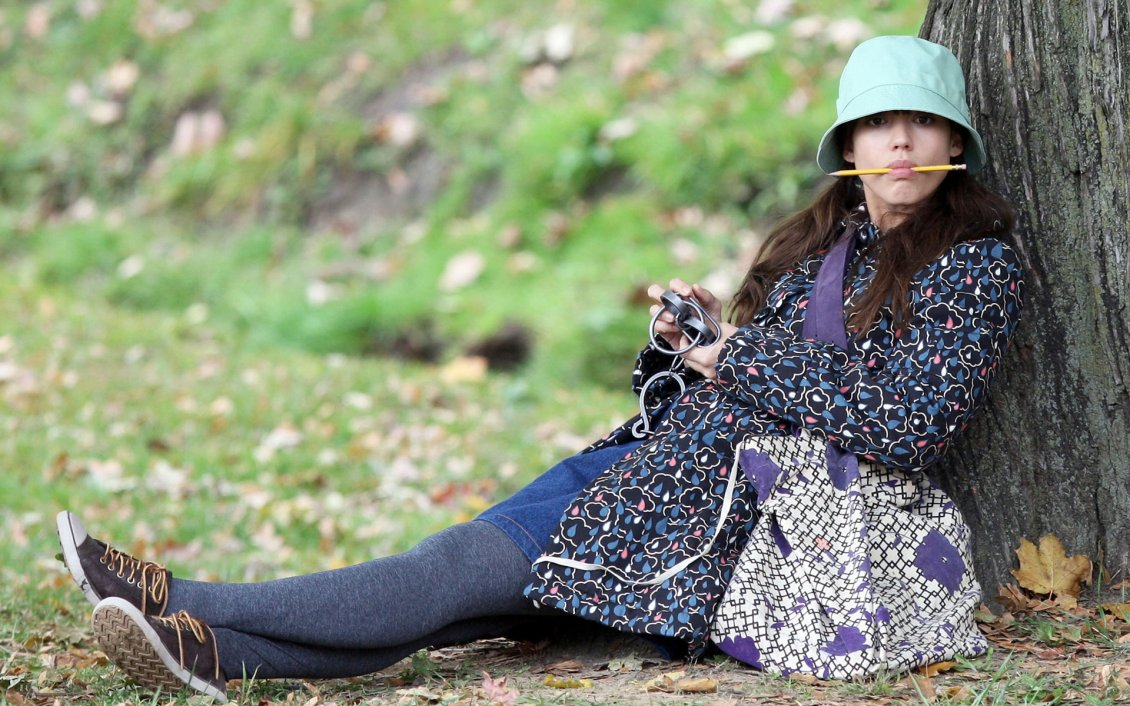Download Wallpaper Jessica Alba on the grass near the tree