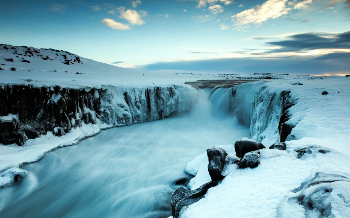 Download Wallpaper Frozen fall - Cold winter season
