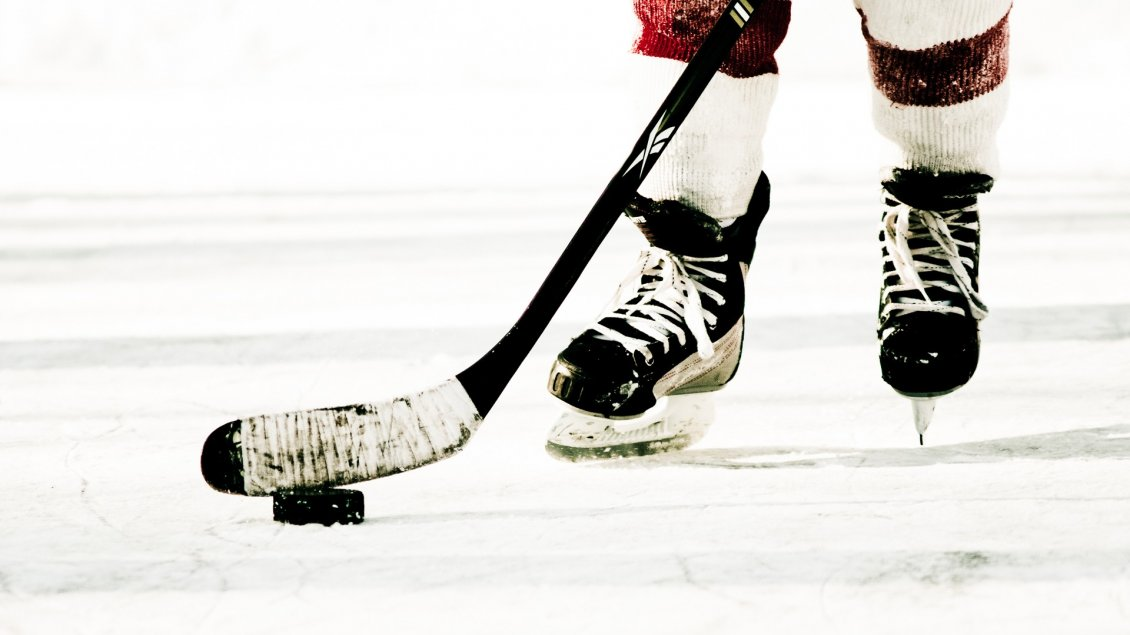 Download Wallpaper Preparing for shoot - hockey on ice - Winter sport time