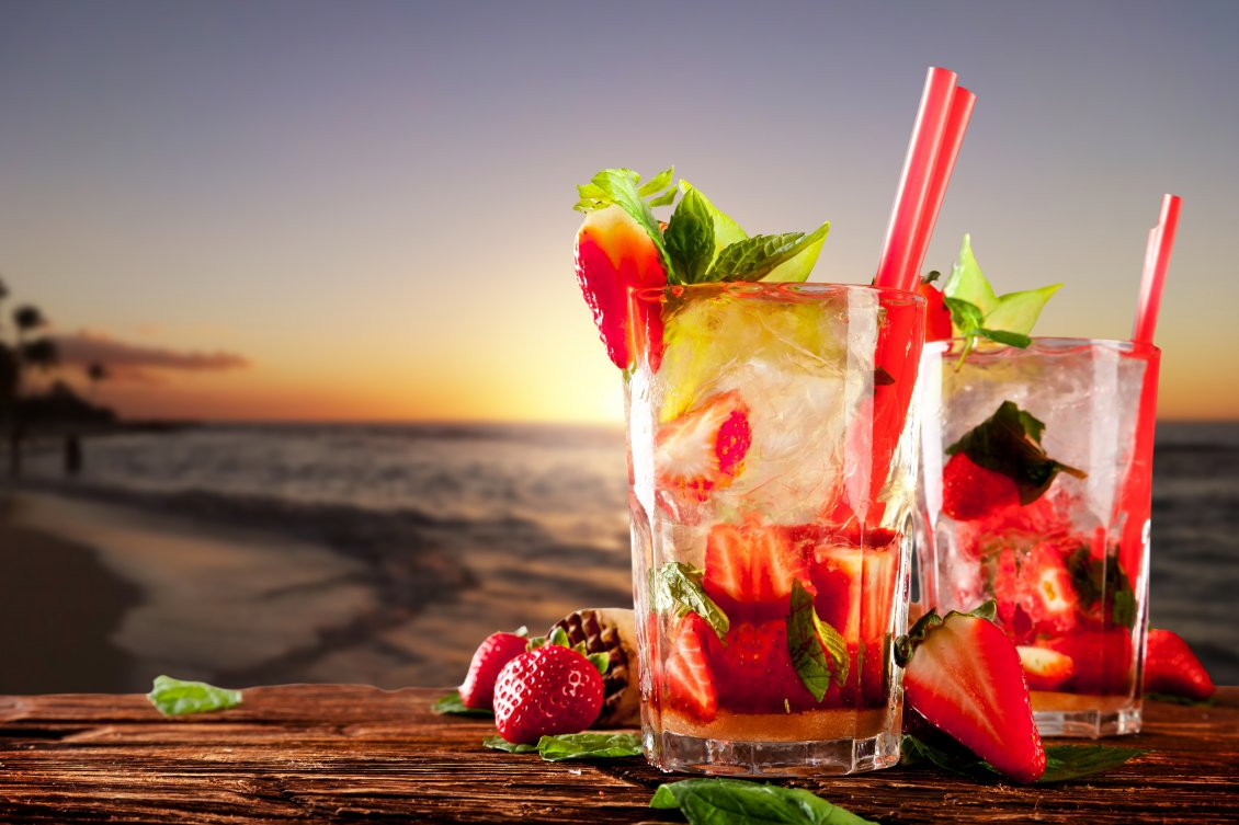 Download Wallpaper Delicious strawberry and mint cocktail at the beach