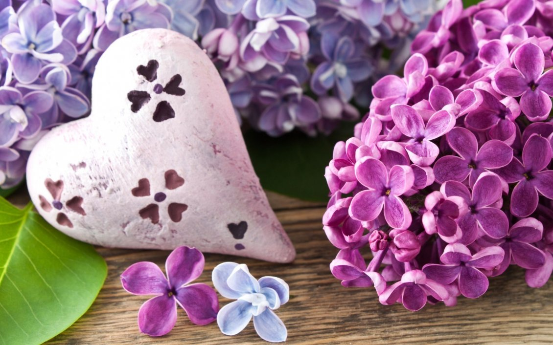 Download Wallpaper Painted Lilac flowers on a stone in shape of heart