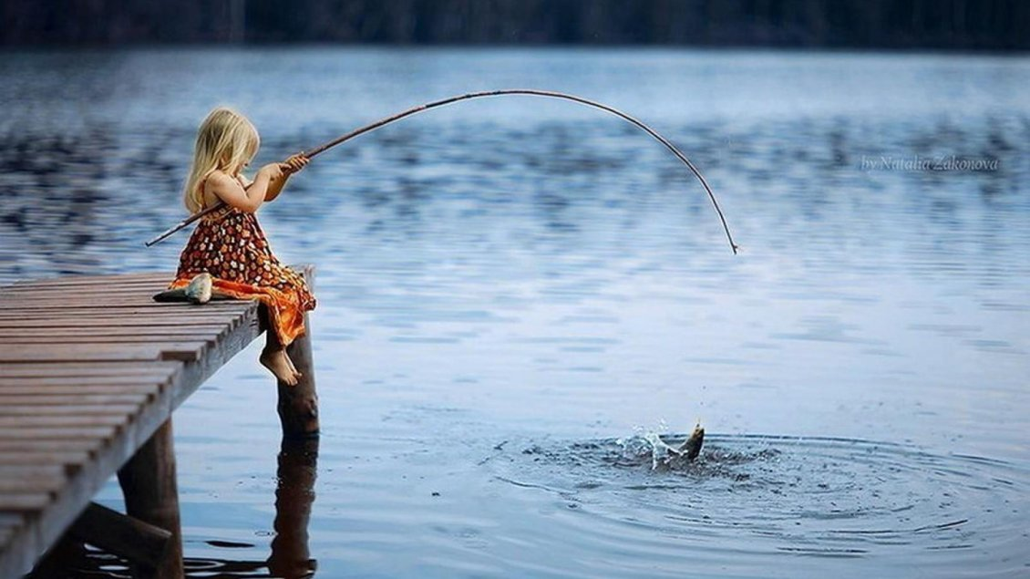 Download Wallpaper Little blonde girl fishing in a lake - Wonderful photo