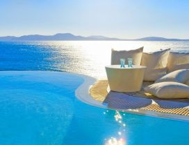 Good morning sunshine - Pool or ocean for relaxing time